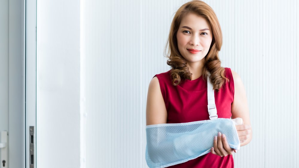 woman with arm in cast